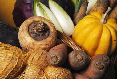 Panier de légumes bio (carottes, navet...).