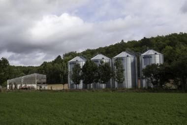 Silos d'une exploitation agricole.