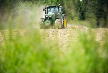 Passage d'une herse plate. Dernier travail du sol avant semi dans une parcelle bio. Ferme d'exploitation de lycée agricole.