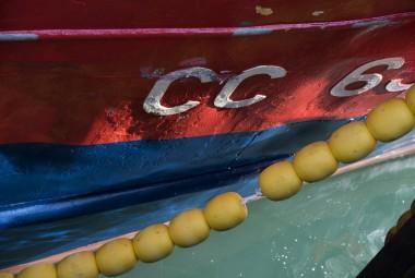 Bouées de mouillage jaunes contre la coque d'un bateau.